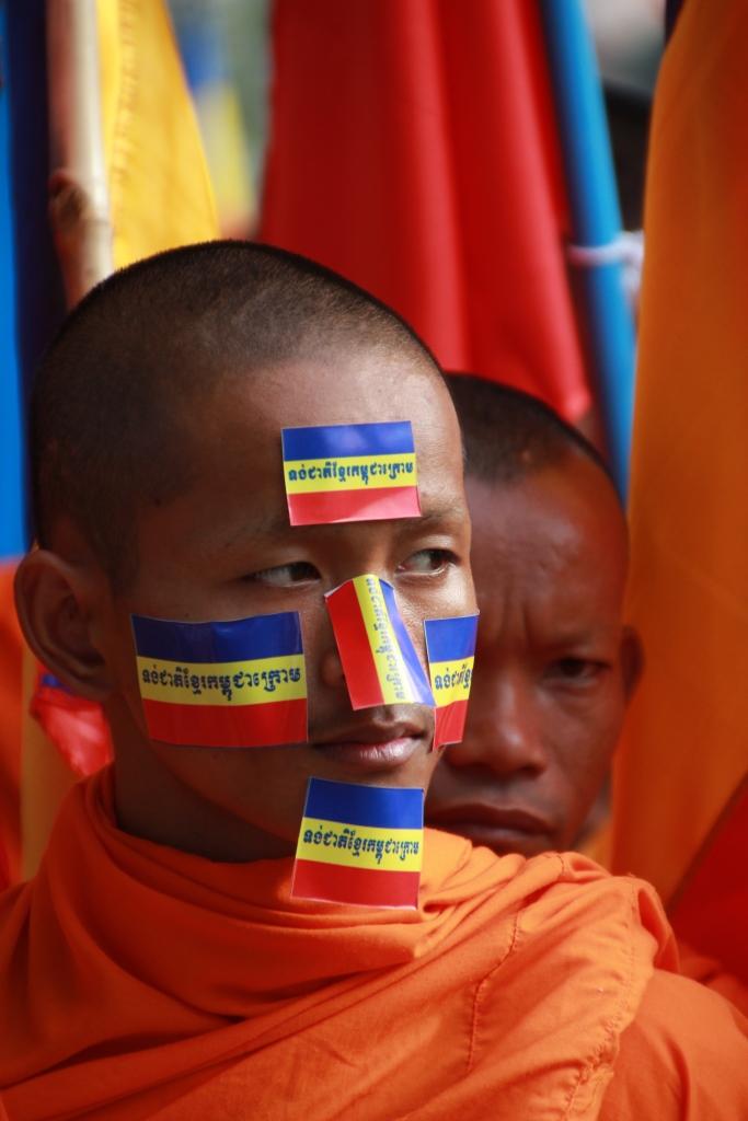 캄푸치아 크롬 깃발 스티커를 얼굴에 붙힌 채 반베트남 시위행사에 참가중인 캄보디아 승려의 모습.