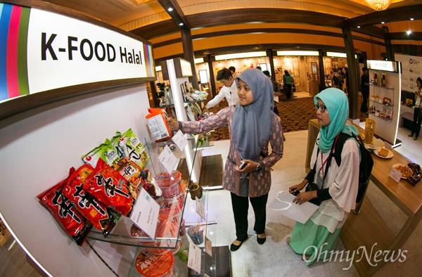 """""""한국 할랄 라면 꼭 먹어 보고 싶네요"""" 16일 오전 인도네시아 자카르타 물리아 호텔에서 한국음식의 무슬림시장 수출 확대를 위해 열린 '2015케이-푸드페어, 자카르타' 행사에 참여한 현지 언론인들이  KMF(한국이슬람교중앙회, Korea Muslim Federation)의 인증을 받고 전시 된 할랄 라면에 관심을 보이고 있다."""