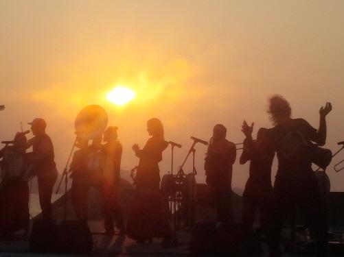 노을 속에서  지난 17일 저녁 춘장대 모래송페스티발에서 공연하고 있는 레몬버켓과 들소리