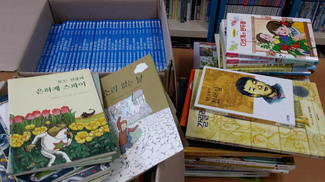 책은 소유가 아니라, 공유할 때 빛난다. 정정주씨가 기부한 책 2박스.