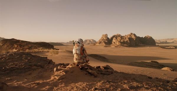 <마션>에서 화성에 혼자 남겨진 마크 와트니(맷 데이먼 분).