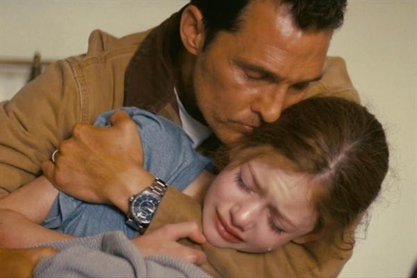 영화 <인터스텔라>의 한 장면. 인류가 살 수 있는 새로운 행성을 찾기 위해 우주로 떠나야 하는 우주비행사 쿠퍼(매튜 맥커너히 분)와 그의 어린 딸 머피.