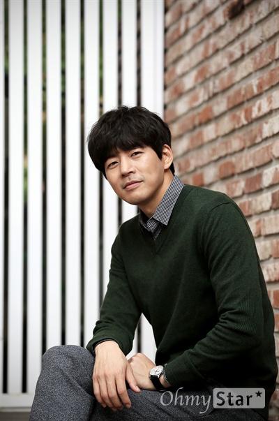 tvN금토드라마 <두번째 스무살>에서 차현석 역의 배우 이상윤이 20일 오전 서울 논현동의 한 카페에서 포즈를 취하고 있다.