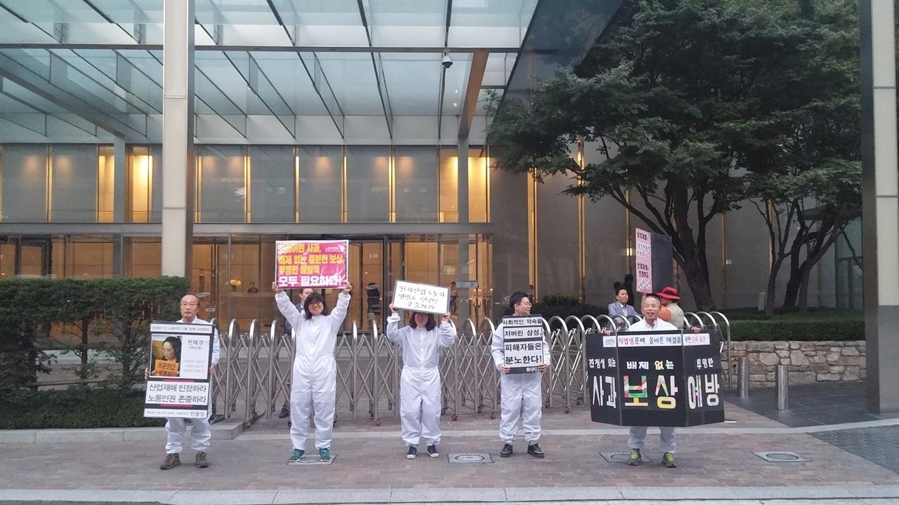 강남역 8번 출구 농성장에 상주하는 반올림. 매일 오전·오후 농성장 바로 옆 삼성전자 빌딩을 돌며 직업병 피해자들과 함께 피켓 시위를 한다.