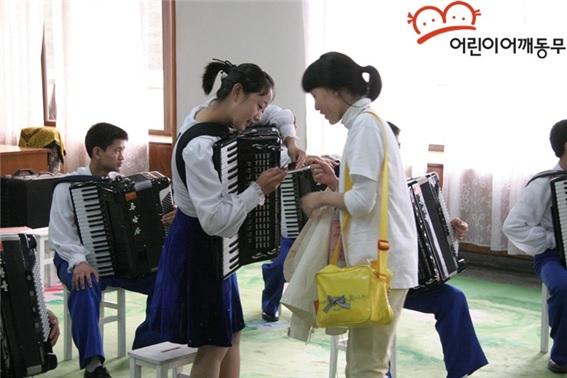 남북 어린이 모습 2007년 세 번째 어린이 방북 때 남과 북 어린이들의 모습
