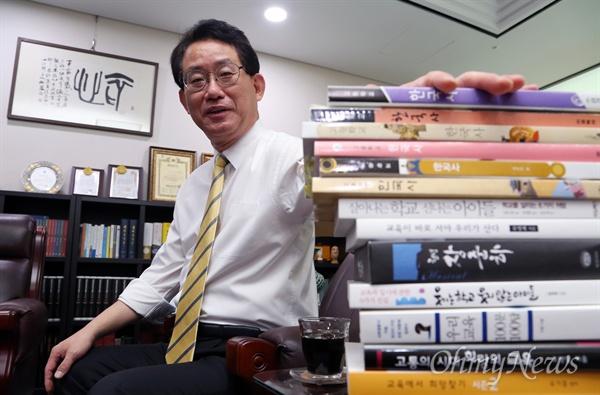 """국회 교육문화체육관광위원인 유기홍 새정치민주연합 의원은 """"역사교과서가 국정으로 전환되면 오히려 수능이 어려워 질 것""""이라고 직접 설문조사한 결과를 제시했다. 교육부와 새누리당이 한국사를 하나의 통합 교과서로 가르쳐 입시를 준비하는 학생들의 고생을 덜어줘야 한다는 이론을 펴고 있는 데 대한 반박이다."""