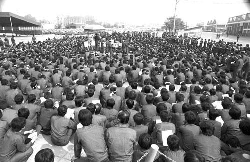 1985년 4월 22일. 사측과 임금형상중인 대우자동차 노동자들이 집회를 열고 있다. 당시 교섭대표 중 한 사람이 홍영표 국회의원이다. <사진·민주화운동기념사업회>