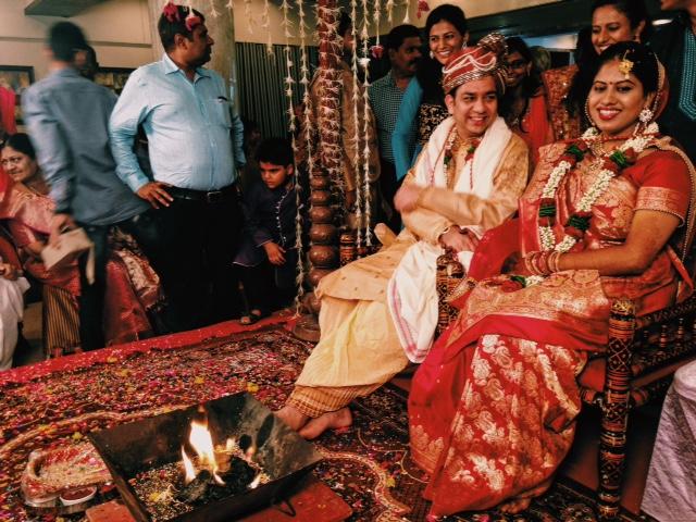 신랑 신부 앞에 놓여진 화로는 불의 신으로 알려져있는 'Agani'를 의미한다. 힌두식 결혼에 주된 증인은 신이며 그들을 향한 예배로 모든 결혼의식이 진행된다.
