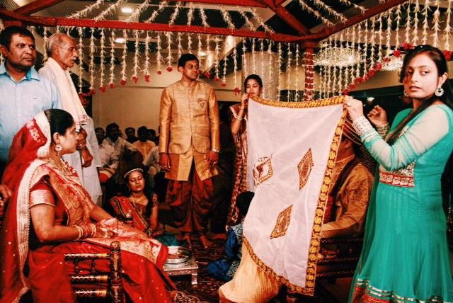 예전 인도의 결혼 퐁습은 부모님이 엄격히 배우자를 정했기 때문에 서로의 존재를 알 수 없었다. 결혼식에서도 얼굴이 보이지 않도록 신부가 등장하면서 신랑의 얼굴을 천으로 가렸다. 이는 두 사람이 처음 만나게 되는 거룩한 순간을 맞이하기 직전이다.