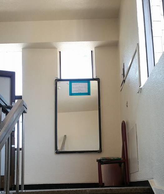 흡연자들의 옛 아지트 이주노동자들이 즐겨찾던 흡연 구역이 거울을 매단 이후 사라졌다.