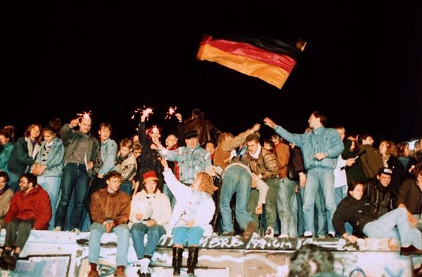 1989년 10월 10일, 베를린 장벽 붕괴를 기념하는 독일 국민들