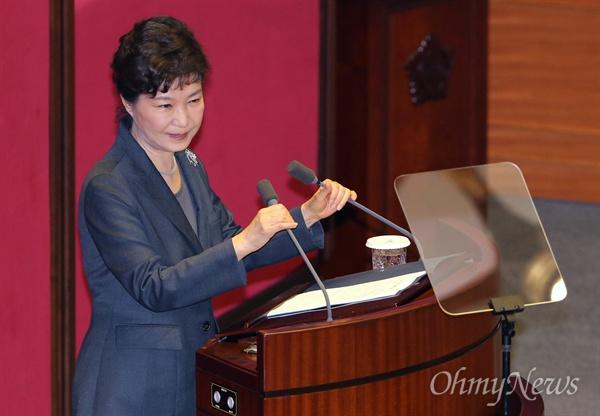 국회 찾은 박근혜 대통령 박근혜 대통령이 27일 오전 국회 본회의장에서 내년도 예산안 시정연설을 하고 있다. 박 대통령은 이날 연설에서 역사교과서 국정화의 당위성을 강조하고 경제활성화 법안의 조속한 처리를 당부했다.