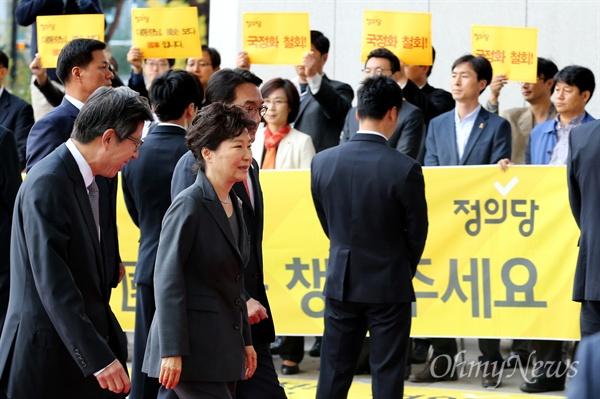 박 대통령 앞 피켓 시위하는 정의당 박근혜 대통령이 27일 오전 국회에서 시정연설을 하기위해 입장하던 중 정의당 의원들이 국정화 반대 피겟시위를 하고 있다.