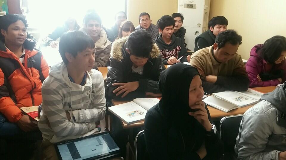 이주노동자쉼터 한국어교실 매주 일요일 한국어교실에서 공부하고 있는 이주노동자들과 결혼이주여성들