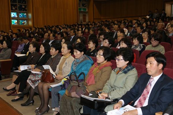 경남도교육청은 29일 창신대학교 대강당에서 초.중학교 교장을 대상으로 행복학교 연수회를 열었다.