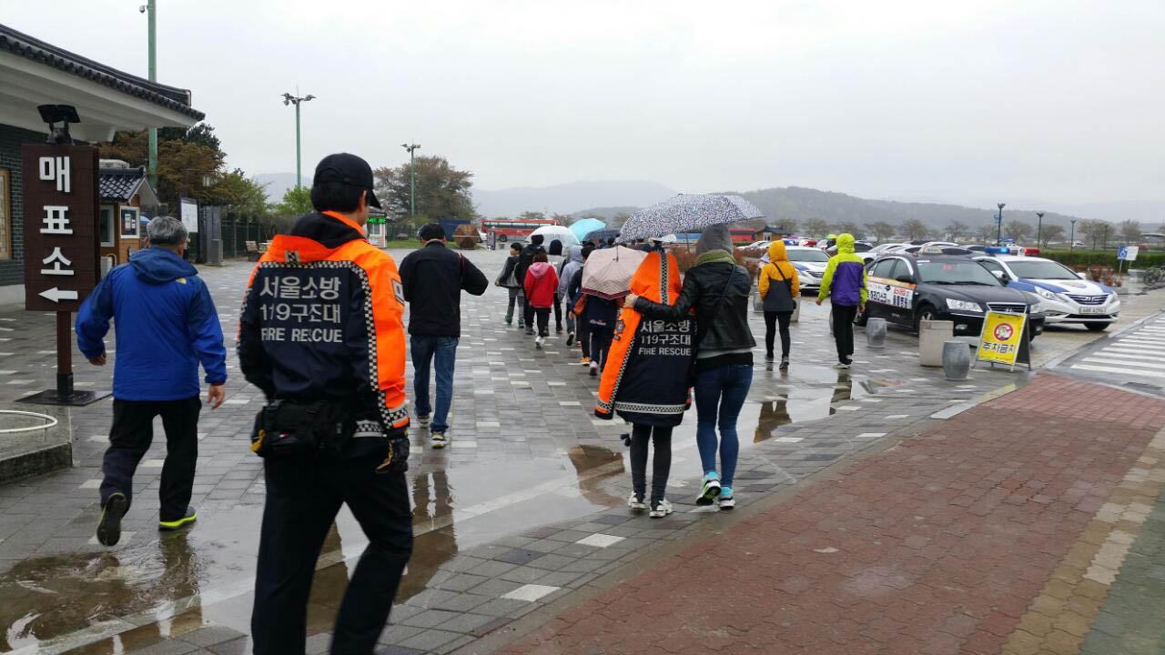 초등학생 수학여행을 동행한 119구조대원이 여행지에 도착한 학생들을 뒤따라 걷고 있다.