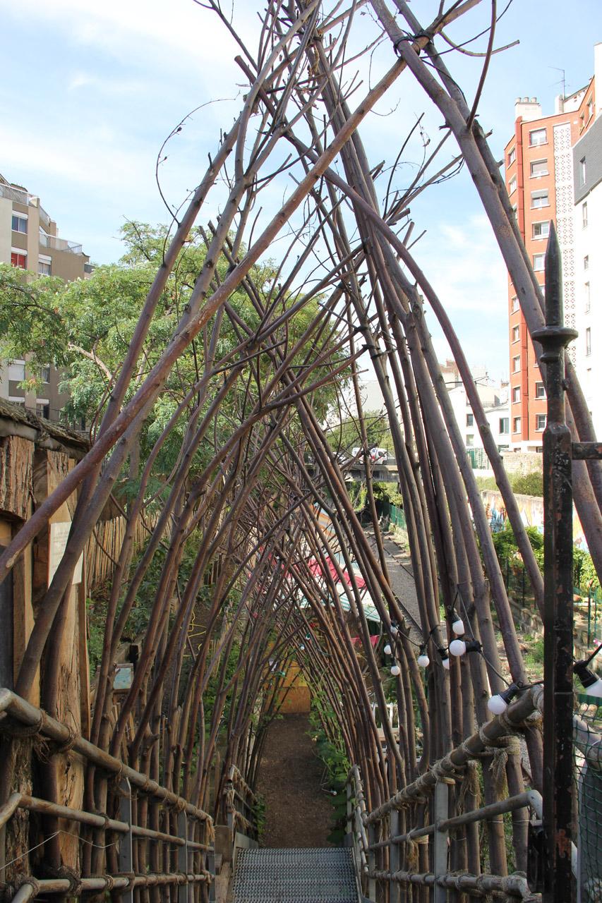 나뭇가지로 만든 멋진 아치를 따라 계단을 내려가면 버려진 기차길에 닿게 된다.