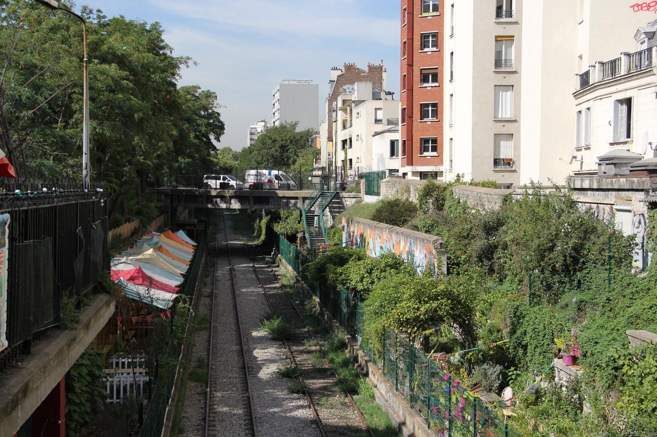 라르씨클르리 창문 뒤로 보이는 오르나노 역 기차길 전경.