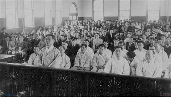 진보당 사건 당시 법원의 판결을 듣고 있는 피의자들. 1958년 7월 31일 교수대에서 숨을 거둔 조봉암은, 52년만인 2011년 1월 20일 대법원에서 무죄를 선고받았다.