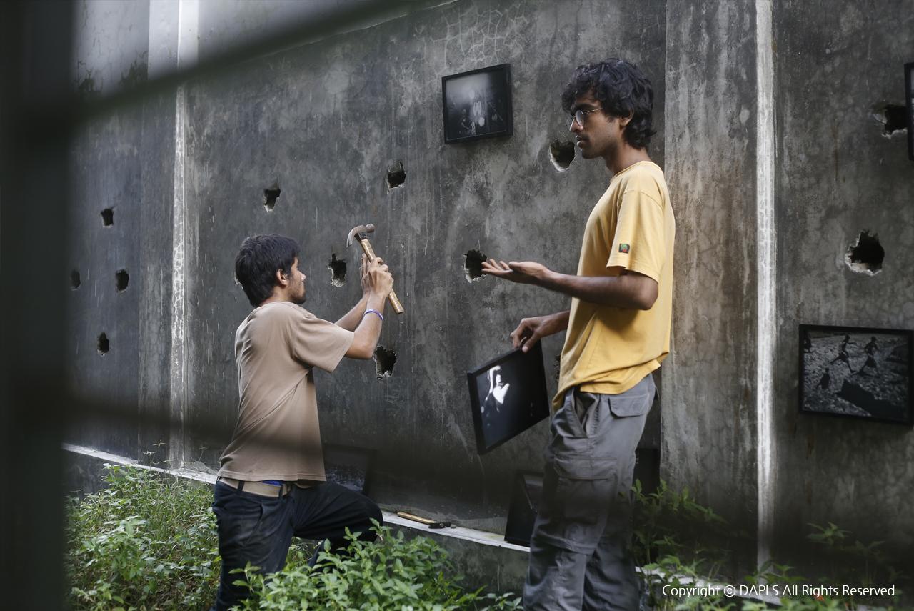 로힝가난민 사진전시 설치. 관객들은 방범창 넘어, 로힝가 사람들이 세상을 바라보는 시선으로 그들을 바라보게 될 것이다.