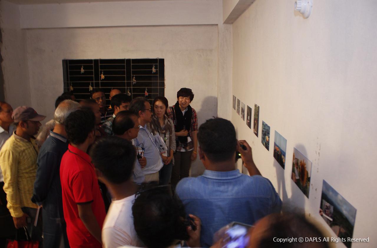 개막식이 끝나자 사람들은 제일 먼저 한국 갤러리를 찾았다. 우리의 사진을 보고 여러 질문이 쏟아졌다.