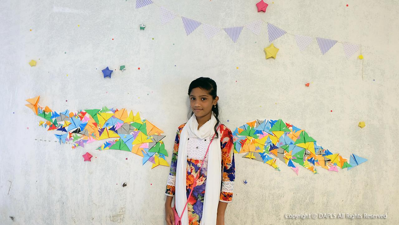 종이접기 갤러리찾은 어린이가 포토존에서 사진을 찍고 있다.