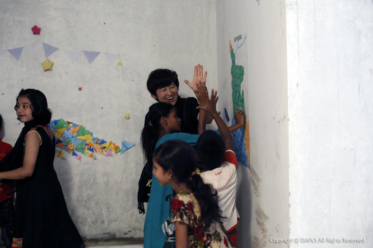행복찾기 프로젝트 중, 오늘이 제일 행복하다는 어린이.