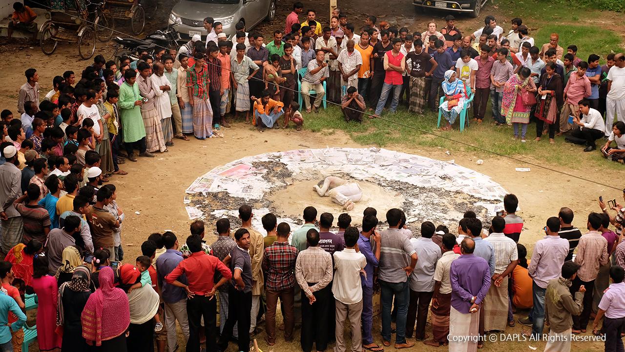 2013년 종교 갈등으로 촉발된 불교도마을 '라무' 습격사건을 모티브로 한  퍼포먼스