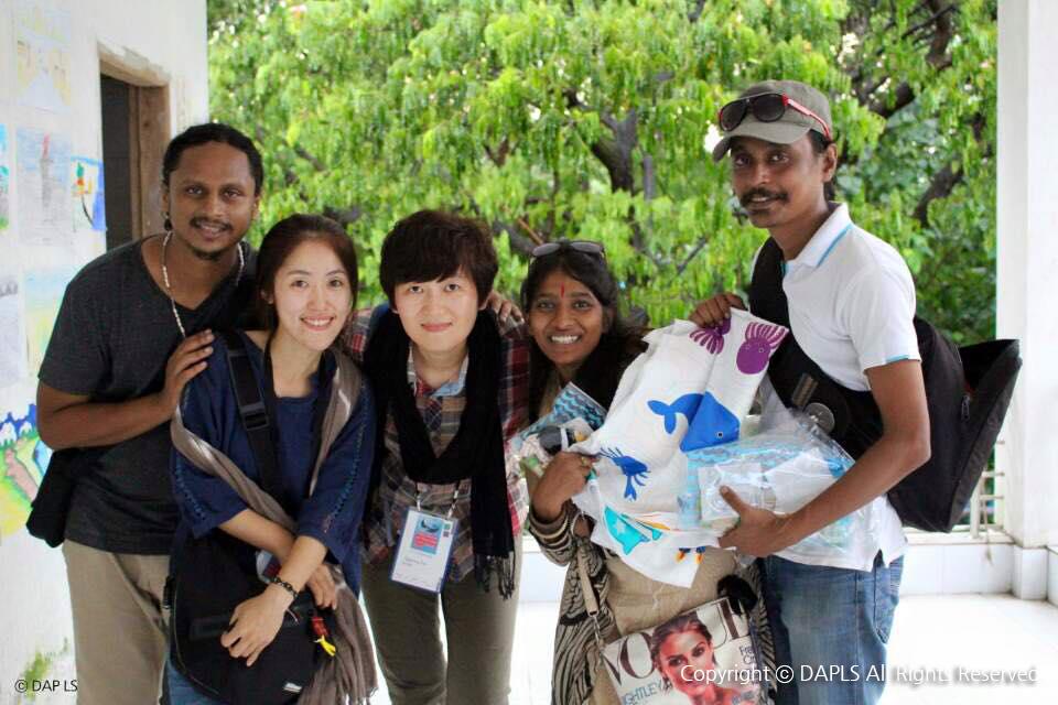 행사기간 내내 도움을 준 방글라데시 팝 가수 메헤디와 인형극팀의 루미와 샤온. 인형극팀에겐 임경숙작가가 후원해준 인형만들기 체험키트를 선물했다.