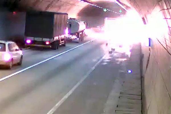 지난 10월 26일 낮 경북 상주시 낙동면 중부내륙고속도로 상주터널 안에서 급정거하던 3.5t 트럭이 기울면서 적재함에 있던 시너가 바닥으로 쏟아져 폭발하고 있다.