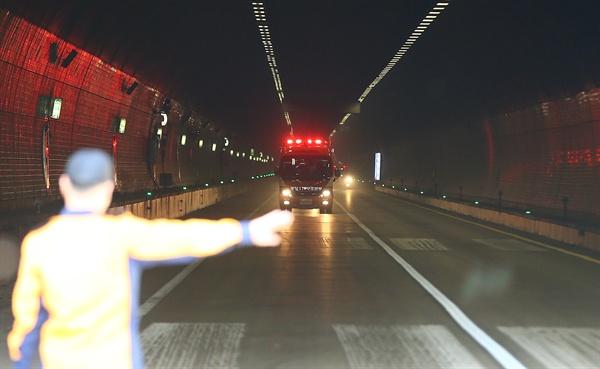 소방차량이 지난 10월 26일 오후 중부내륙고속도로 상주터널 안에서 빠져나오고 있다. 이날 시너를 실은 차량이 터널 하행선을 지나던 중 벽면을 들이받아 차량 폭발과 함께 화재 사고가 발생했다. 이 사고로 운전자 18명이 연기를 마셔 인근 병원으로 옮겨졌고 차량 10여 대가 일부 탔다.
