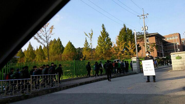 교문 앞 1인 시위 모습 이날은 다행히 제가 교문을 선점했습니다. 아이들은 여기서부터 약 100m 떨어진 인근 학교 교문 근처에서 피켓을 들었습니다. 한 학부모가 자녀를 등교시키면서 차 속에서 스마트폰으로 촬영한 사진입니다.