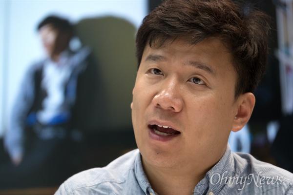 '탈북자 출신 간첩'으로 기소됐다 대법원에서 무죄를 받은 유우성씨가 2일 오전 서울 상암동 오마이뉴스 사무실에서 이영광 시민기자와 인터뷰를 하고 있다.