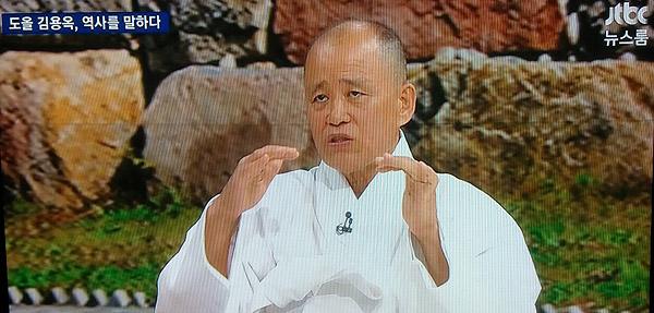JTBC 뉴스룸에 출연한 도올 김용옥. 방송 화면 촬영.