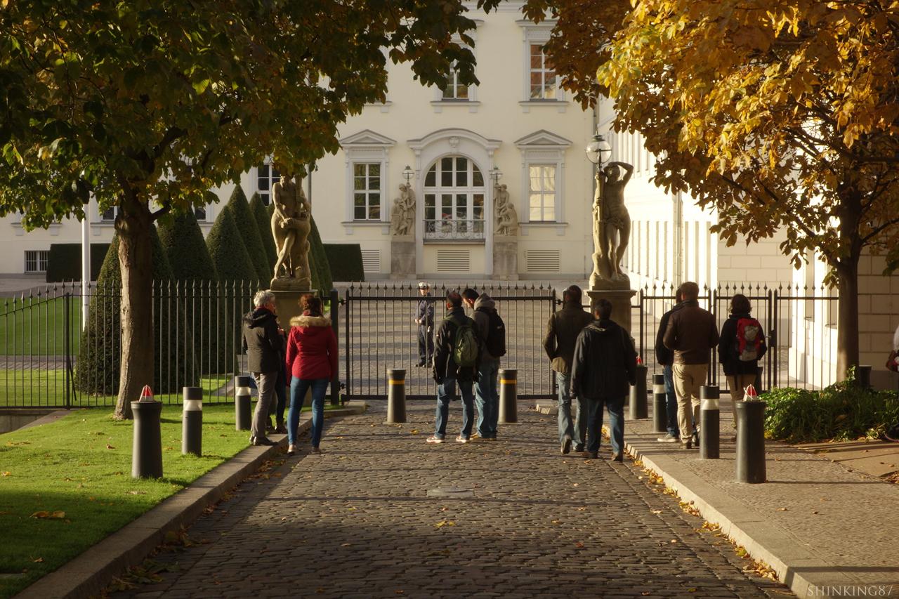 독일 연방 대통령 집무실 벨뷰 성 사람들이 앞에서 서서 구경을 하고 있다.