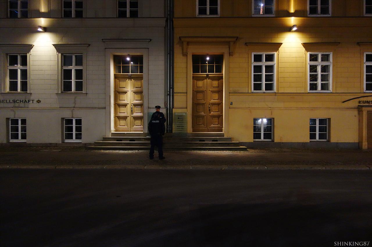 독일 총리 주택 박물관 문이 닫는 인적이 드문 저녁에는, 경찰들이 집 앞에 서서 근무를 하곤 한다.