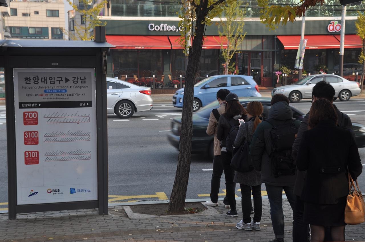 오늘도 서울로 출근한다 경기도 안산시 상록구 어느 버스정류장. 출근길 청년들이 서울행 버스를 기다리고 있다.