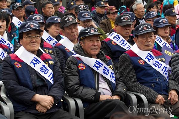 5일 오후 서울역 광장에서 재향군인회 등 보수단체들이 역사교과서 국정화 지지 집회를 열고 '검정화 폐지'를 주장하고 있다.