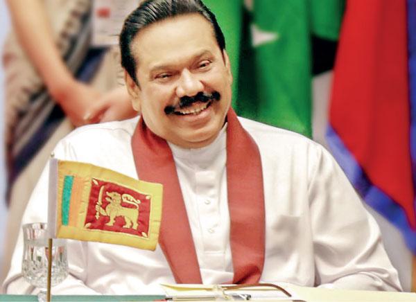 스리랑카 6번째 대통령인 마힌다 라자팍사. 내전을 정부군의 승리로 종식시킨 그는 영웅이자 삼권분립을 무너뜨린 군국주의, 족벌주의의 독재자이다. 스리랑카 역사는 그를 어떻게 평가할까.