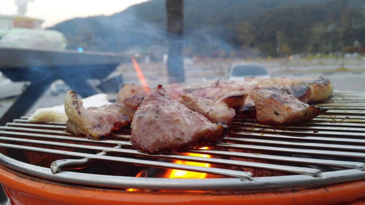 숯불구이 캠핑장 근처 마트에서 소개받은 정육점에서 산 돼지고기. 가격도 저렴하고 아주 맛이 좋은 고기였다.
