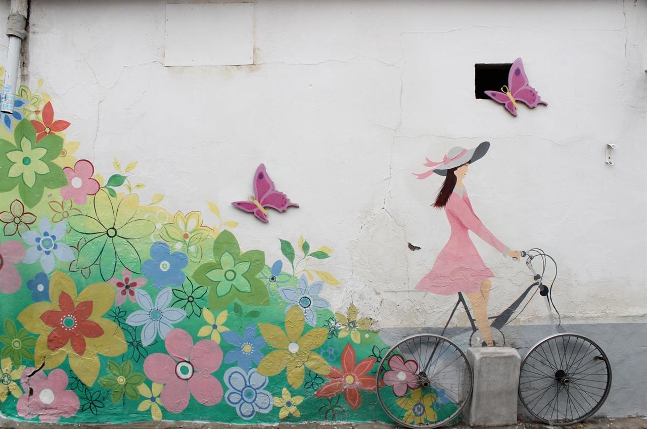 행궁동 벽화 살고 계신 집주인과 어울리는 벽화를 그렸다는 행궁길 벽화.