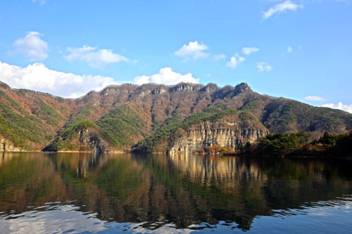 화순 노루목적벽 풍경. 상수원보호구역으로 지정돼 30년 동안 출입이 통제됐다가 지난해부터 일반인에 한시적으로 개방하고 있다.