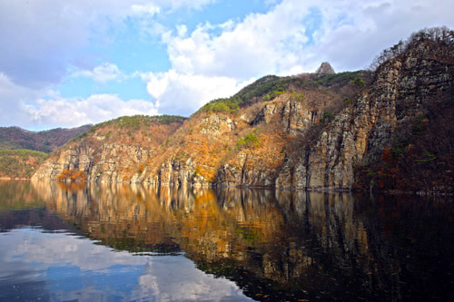 적벽을 품은 동복호 풍경. 파란 하늘과 어우러진 호수 풍경이 그림 같다.