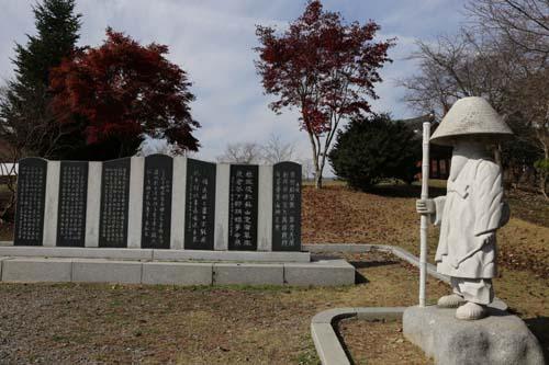 김삿갓 동상과 시비. 물염적벽 앞에서 물염정과 함께 있다.