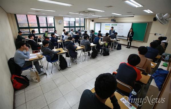 2016학년도 대학수학능력시험이 치뤄지는 12일 오전 서울 청운동 경복고에 마련된 시험장에서 감독관이 수험생들에게 주의할 것들을 설명하고 있다.