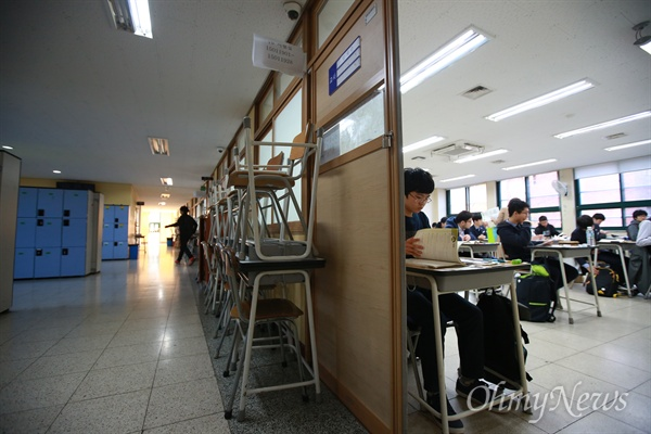 시험 시작 임박한 수능고사장 2016학년도 대학수학능력시험이 치뤄지는 12일 오전 서울 청운동 경복고에 마련된 시험장에서 수험생들이 감독관의 안내에 따라 시험 준비를 하고 있다.