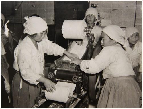 1945년 11월, 부산 국수 공장에서 여성노동자 모습