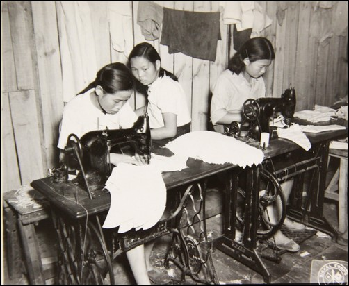 1948년 8월, 서울에서. 노무화 만드는 여성 노동자 모습.