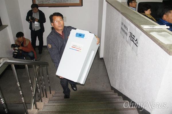 영덕원전 찬반투표가 끝난 12일 옿 영덕농협 2층에 마련된 개표소에 투표함이 도착하고 있다.