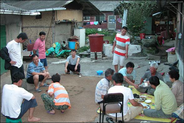 추석날 동네 한수 형님 집에서 고향에 온 사람들과 윷놀이를 하고 있다.